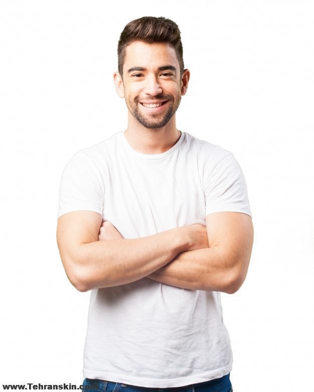 man smiling with arms crossed 1187 2903 1 - چگونه موهای زائد را برای همیشه از بین ببریم؟| از بین بردن موهای پشت کمر| پرمویی کمر آقایان